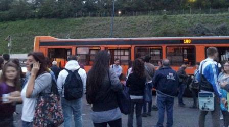 Bus fermo in tangenziale