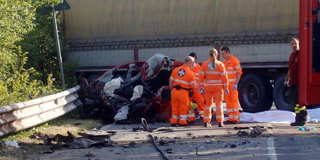 Milano: Auto finisce contro un tir, perdono la vita in due