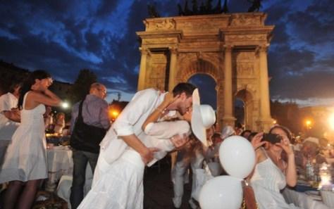 flash mob cena in bianco all'arco della pace