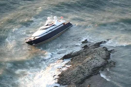 https://i1.wp.com/www.linternaute.com/mer-voile/bateau-a-moteur/photo/un-yacht-echoue-au-cap-ferrat/image/yacht-s-echoue-a-saint-jean-cap-ferrat-436758.jpg