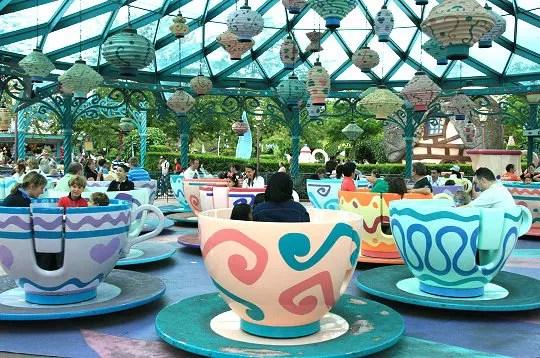 https://i1.wp.com/www.linternaute.com/sortir/parcsdeloisirs/photo/les-attractions-de-disneyland-paris/image/mad-hatter-s-tea-cups-307984.jpg
