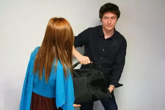 porter le sac d'une femme