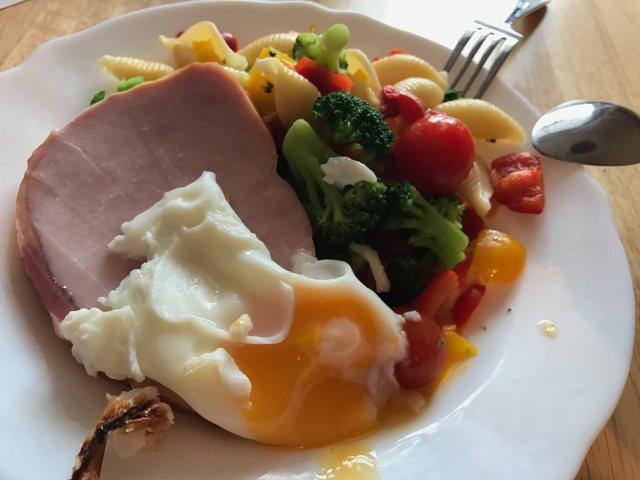 lipoedem mode Full Day of Eating – Lipödem-Ernährungstagebuch Gemüsepfanne (inklusive Nudeln) mit Kasseler und Ei