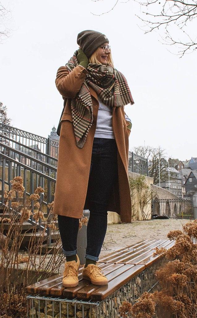 lipoedem mode outfit moosgrün medi caroline sprott rains rucksack street wear blogger plus size tall lipoedema lipedema kompressionsbestrumpfung Armbestrumpfung flachstrick