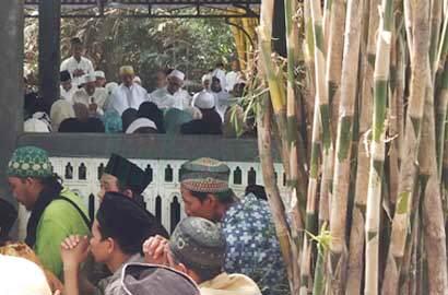 KH. A. Habibullah Zaini saat memimpin tahlil didampingi KH. Abdullah Kafabihi Mahrus, KH. M. Anwar Manshur dan KH. Zainuddin Djazuli.
