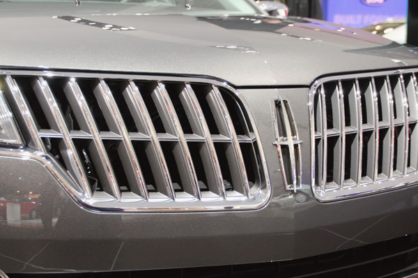 silver front grill of a Lincoln car