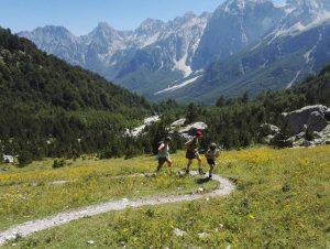 Reisgezelschap in de Albanese Alpen (Teth).