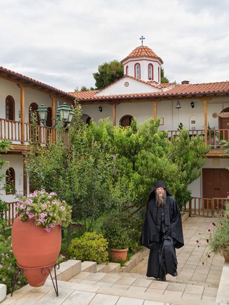 Een monnik in het binnenplaatsje van het Faneromeni klooster vlakbij Lefkas-stad.