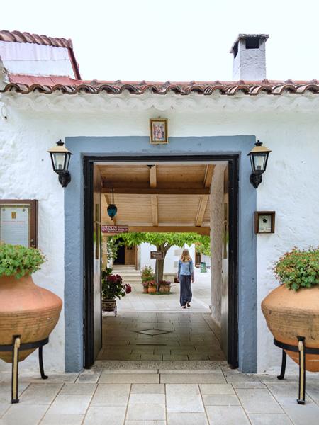 De entree naar het binnenplaatsje van het Faneromeni klooster.