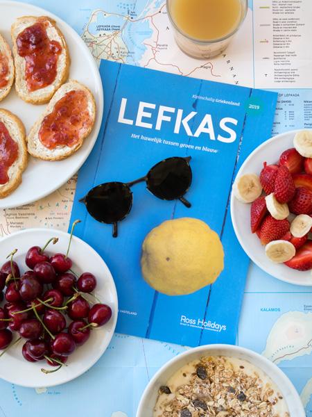 De reisbrochure van Ross Holidays van het Griekse Lefkas.