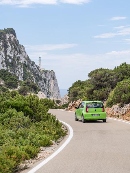 Een groene auto op weg naar het zuidelijkste puntje van Lefkas: Cape Lefkatas.