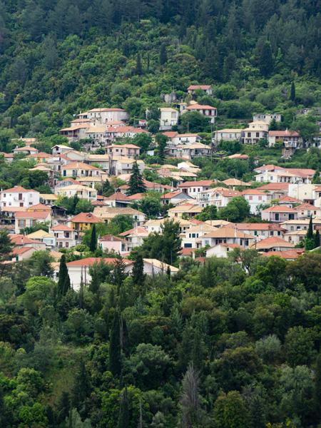 Het bergdorpje Karya vanaf de weg.