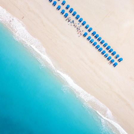 Dronefoto van de parasollen op het strand van Kathisma