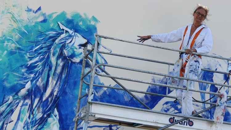 Après trois jours d'une performance artistique très physique, l'artiste plasticienne Liska Llorca doit terminer sa fresque équine ce vendredi midi sur la citerne de Coulanges, au pied du château d'eau.