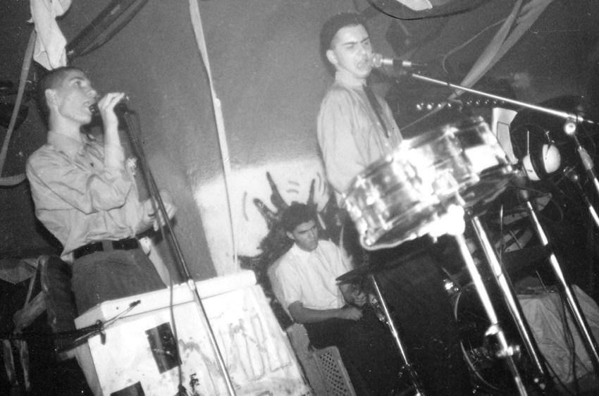 נושאי המגבעת מופיעים במועדון אמדיאוס בירושלים, 1986; משמאל בכיוון השעון: ישי אדר, אלון כהן, אהד פישוף