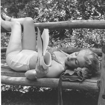 marilynMonroe_reading_bench