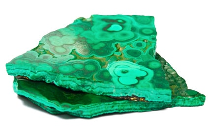 Tranche de malachite à l'état brut : le minéral provient d'une altération du cuivre
