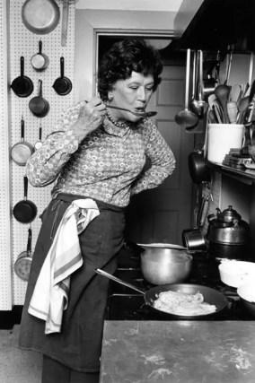 Julia Child - mujeres famosas de la historia que amaban a los gatos