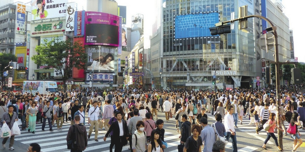 Rush hour in Tokyo busy pedestrian intersection | Little City Trips advises parents to avoid rush hour when travelling to cities with kids