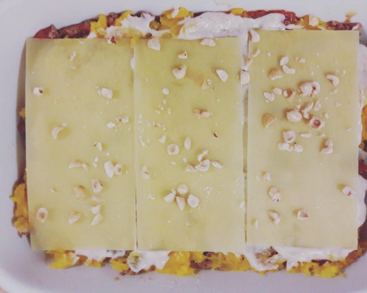 Voici une photo de ma lasagne à la courge butternut, au haché à la sauce tomate et aux noisettes hachées. Cette recette est délicieuse en automne et revigore tous les estomacs.