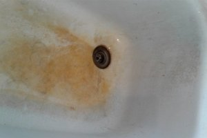 Grimy stained farmhouse sinks are easy to clean with this tip