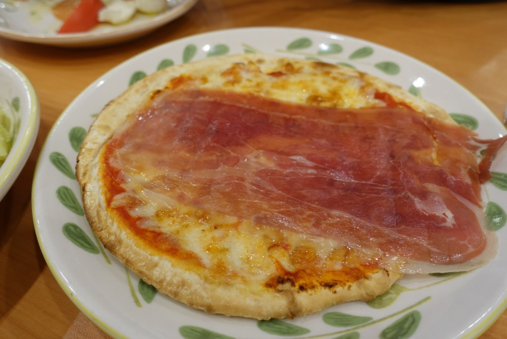 Boyfriend goes for ham pizza. Not the best presentation, but good enough on the tastebuds!