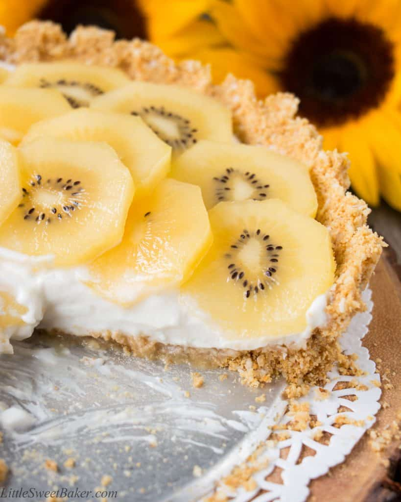 A coconut graham cracker crust topped with Greek yogurt and delicious ripe golden kiwifruit. This no-bake dessert is tasty, healthy and easy to make. {Video Recipe} #Zespri4Life #Sponsored
