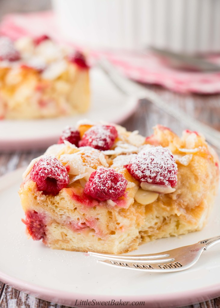 This croissant bread pudding is a perfect breakfast treat. It's warm, rich and buttery with a soft-silky texture. #croissantbreadpudding #breakfast #croissantpudding #breadandbutterpudding