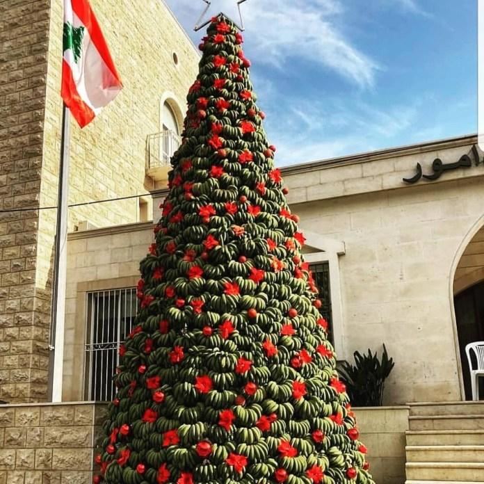 В Дамур установили рождественское дерево из бананов.