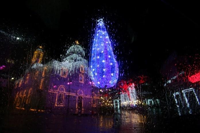 Вид с окна на рождественские украшения во время дождя. Магдуше, район Сидона.