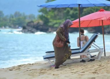 Muslim Dress on Beach, Quick Guide to Langkawi, Pantai Cenang Beach