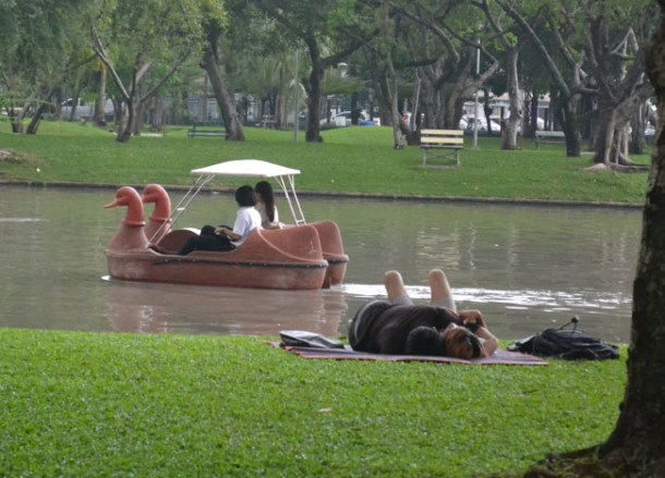Romantic Couple, Chatuchak Park Bangkok, Park Life in Southeast Asia