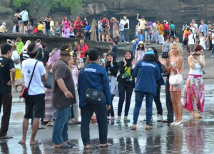 Crowds at Tanah Lot, Travel in Southeast Asia, Tourist Attractions