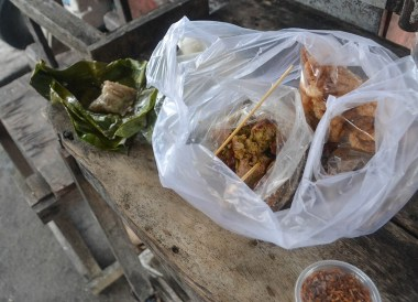 Lanna Snacks, Best Northern Thai Sausage in Chiang Mai Mae Hia Market