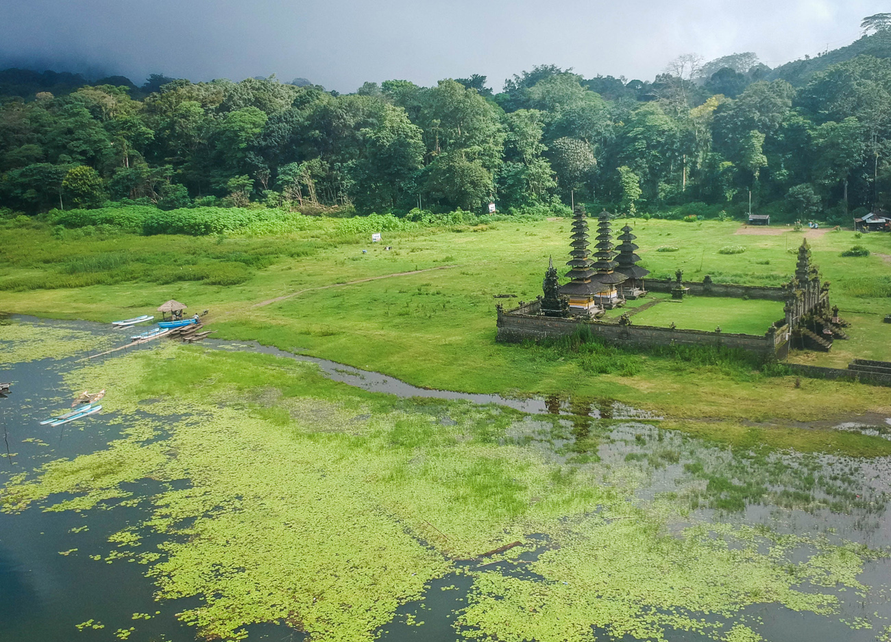 Ulun-Danu-Tamblingan-Temple-by-Lake-in-North-Bali