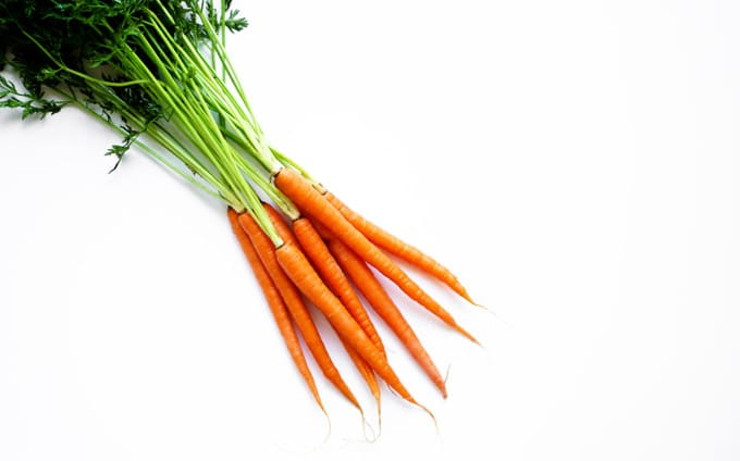 Picture of a bundle of carrots on a white background