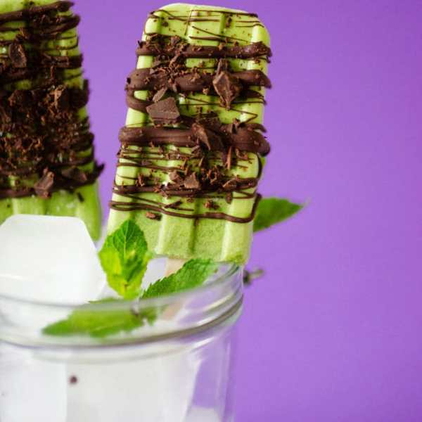 This Mint Chocolate Popsicles recipe is made from fresh mint and without food coloring (plus it's secretly WAY healthy!)