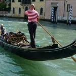 Un nuovo Gondolone a Venezia con le divise dei gondolieri