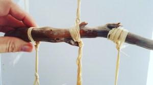 Windspiel aus Naturmaterialien Rahmen in Etagen knoten