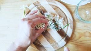 Bärlauchblüten-Butter Blüten kleinschneiden