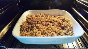 Knuspermüsli-ohne-Palmöl-und-ohne-Plastik-selber-machen: Wasser-Öl-Sirup-Mischung über die Haferflocken gebenKnuspermüsli-ohne-Palmöl-und-ohne-Plastik-selber-machen: Mischung im Backofen backen