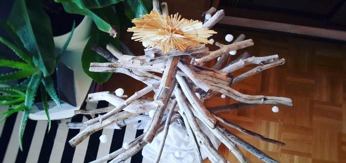Nachhaltiger DIY-Weihnachtsbaum aus Holz und Ästen