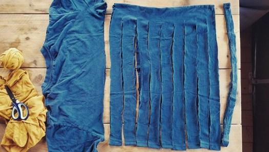 Upcycling-DIY aus Altkleidern Stoffschlauch in Streifen schneiden