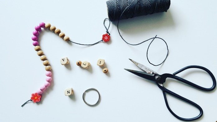 DIY-Rechenkette zum Selbermachen aus bunten Holzperlen: Material