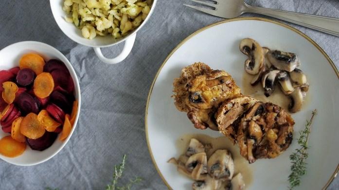 Vegetarisches Weihnachtsessen: Nussbraten, glacierte Karotten, Spätzle und Champignonsoße