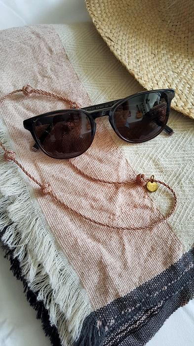 Brillenband von Hiitu und multifunktionales Fair Fashion Woll-Cape von Julahas