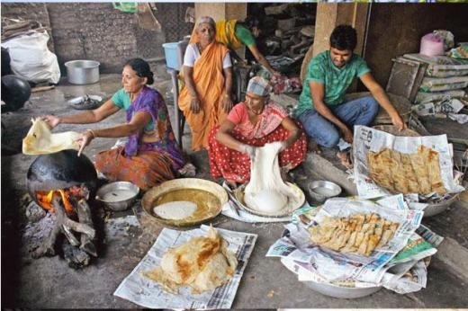 'Randana roti' being made in Nagpur. Photos: Sunny Shende/Mint