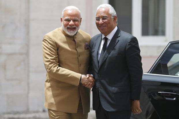 pm narendra modi प्रधानमंत्री नरेंद्र मोदी did not come out from car portugal