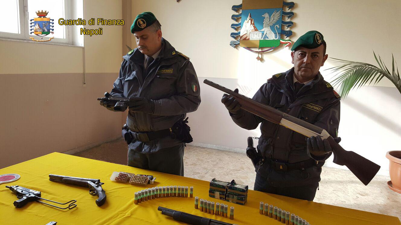 Pistole e mitragliette clan in casolare abbandonato: un arresto