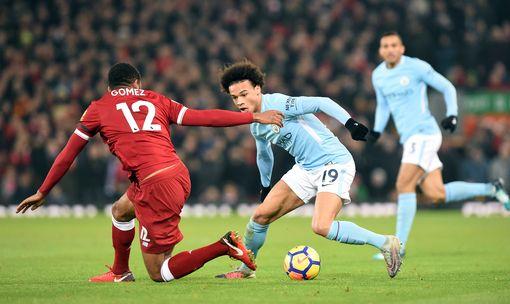Liverpool vs Man City. Leroy Sane se enfrenta a Joe Gómez.